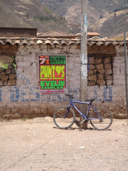 bicicleta y afiche musical