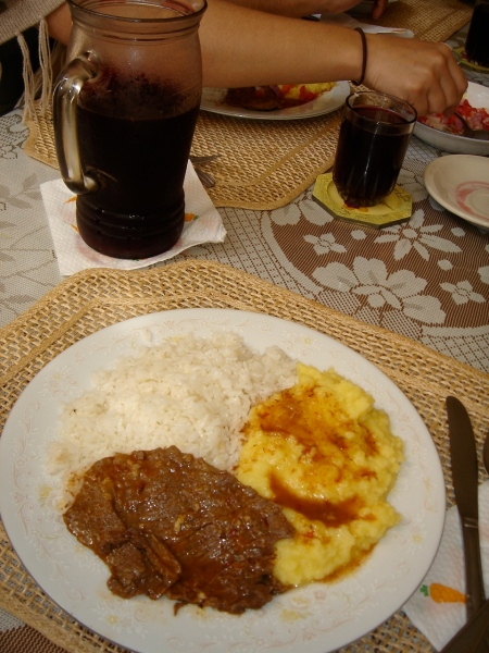 asado con pure de papas y arroz acompañado de chicha